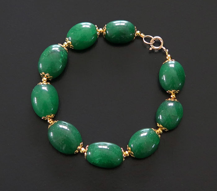 Bracelet of large polished emeralds with 14 kt gold clasp – 250 ct – 22.8 cm.