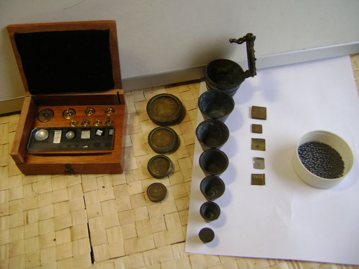 32 different kinds of weights, including Drachma - 1870 - 1930