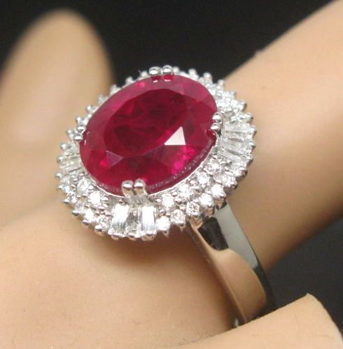 Women's 18 kt white gold ring, 6.20 ct ruby and 0.70 ct diamonds