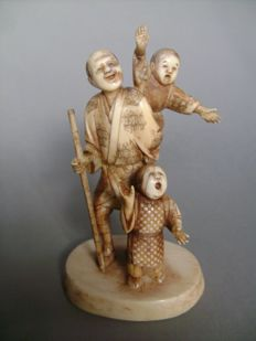 Ivory Okimono. Group of people, a father and his two sons - Japan - early 20th century (Meiji period)
