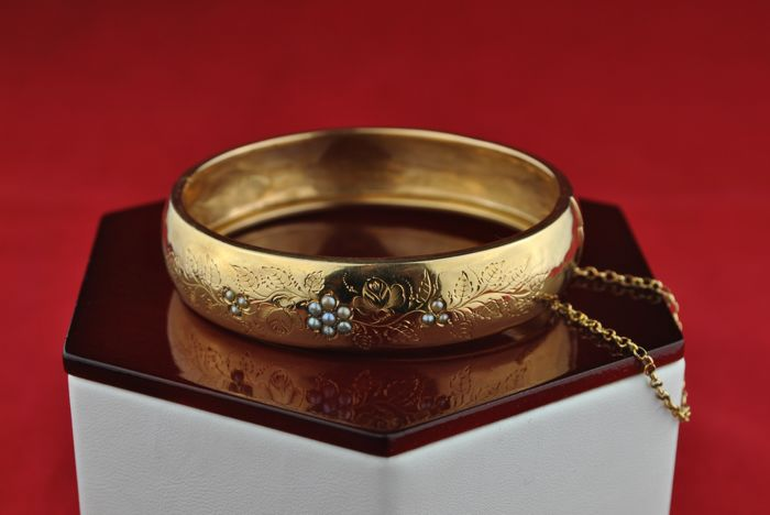 Exclusive End of 18th Century- Beginning of 19th Century 18k Yellow Gold Flower design & Antique Pearl Bracelet - Excellent Condition