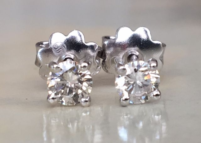 In mint condition a pair of 18 kt white gold solitaire-diamond ear studs with a total of 0.63 ct of brilliant cut diamonds G / I1