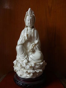 A Dehua kiln white porcelain Guanyin statue - China - late 20th century (26 cm)