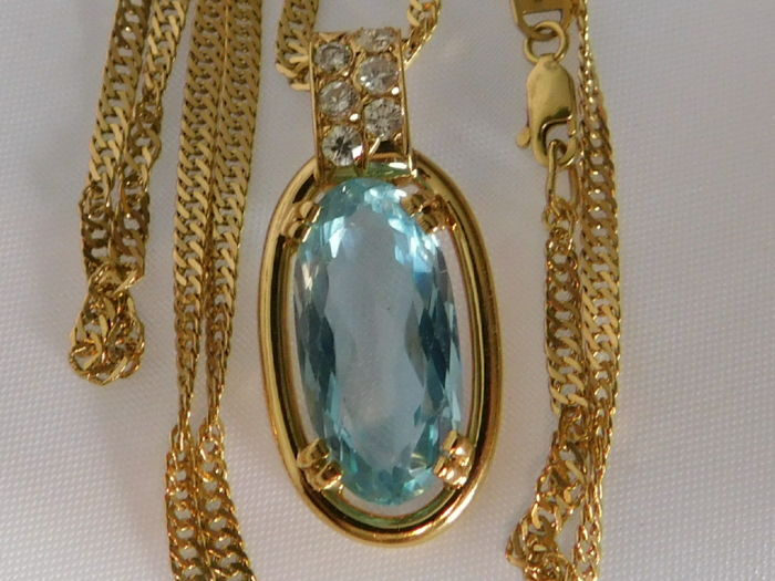 Chain and pendant in 18 kt gold with an aquamarine of 8 ct and diamonds. 9.5 g in total