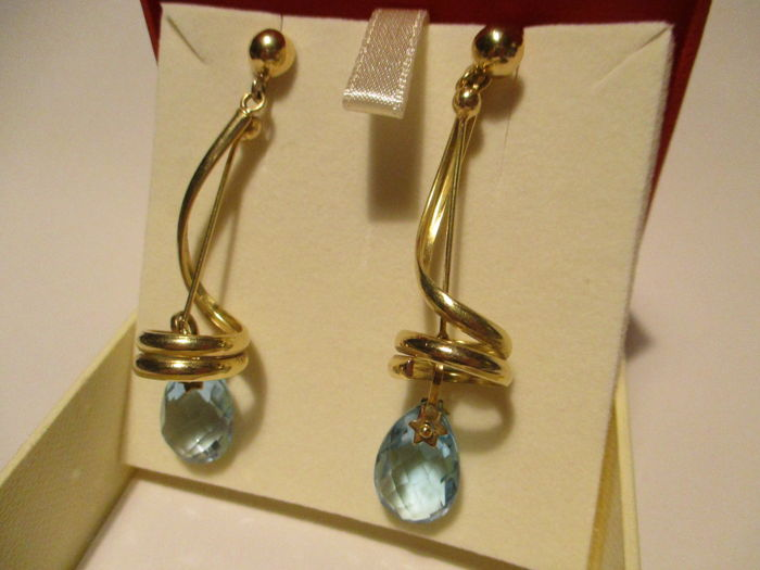 18 kt yellow gold earrings with blue topaz pendants Length 5 cm.