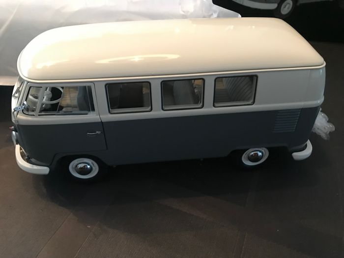 Schuco - Scale 1/18 - VW T1 bus - White / Grey