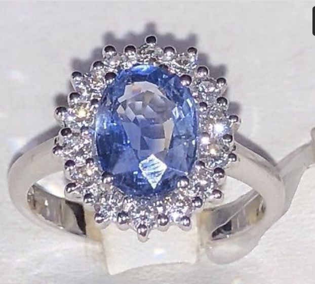 18 kt white gold ring with 2.52 ct natural Sri Lankan sapphire and 0.50 ct natural diamonds