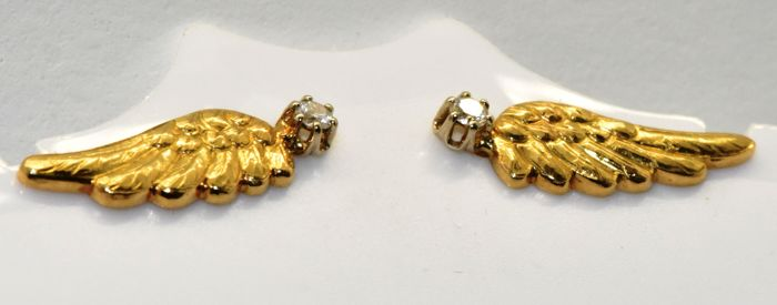 18 kt gold earrings with diamonds.