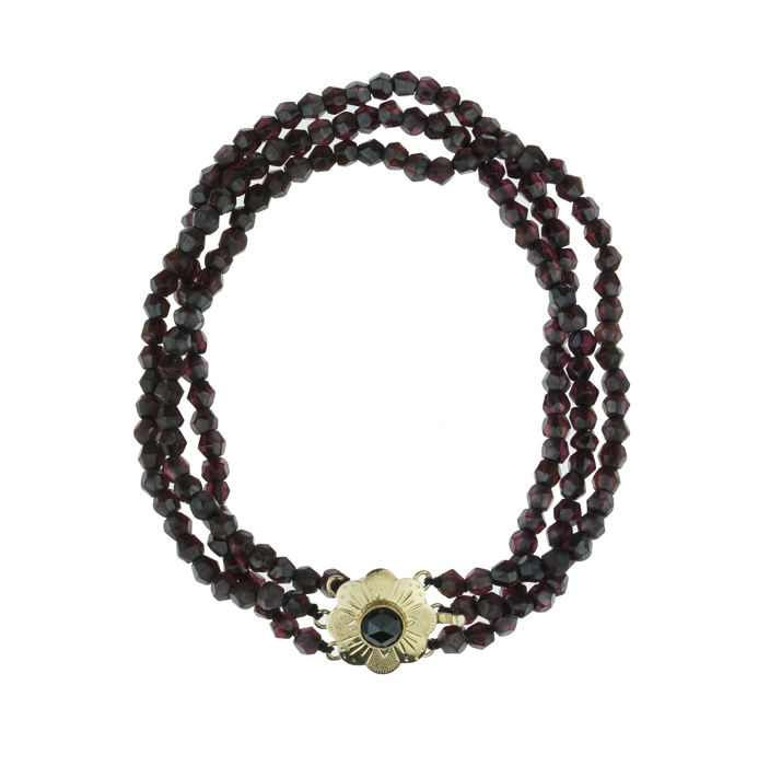 3-strand garnet necklace with an elegant 14 kt gold clasp – regional item of jewellery