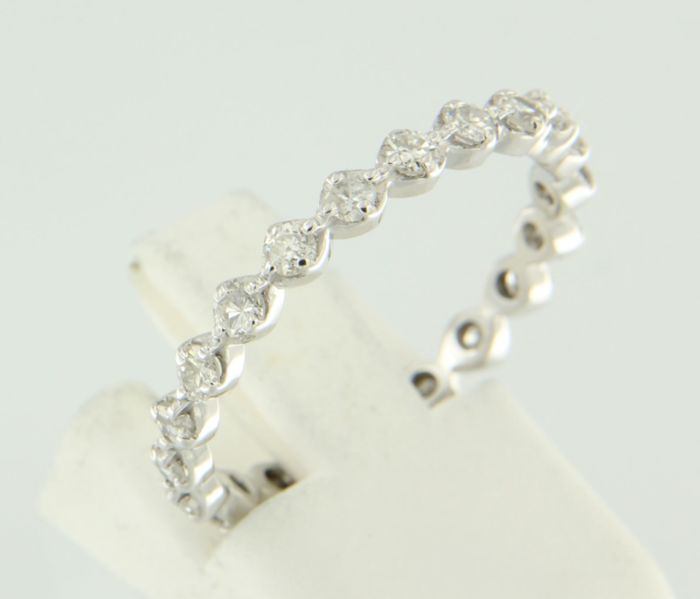 18 kt white gold ring set with 22 old Amsterdam cut diamonds, approx. 0.66 ct in total, ring size 18 (57)