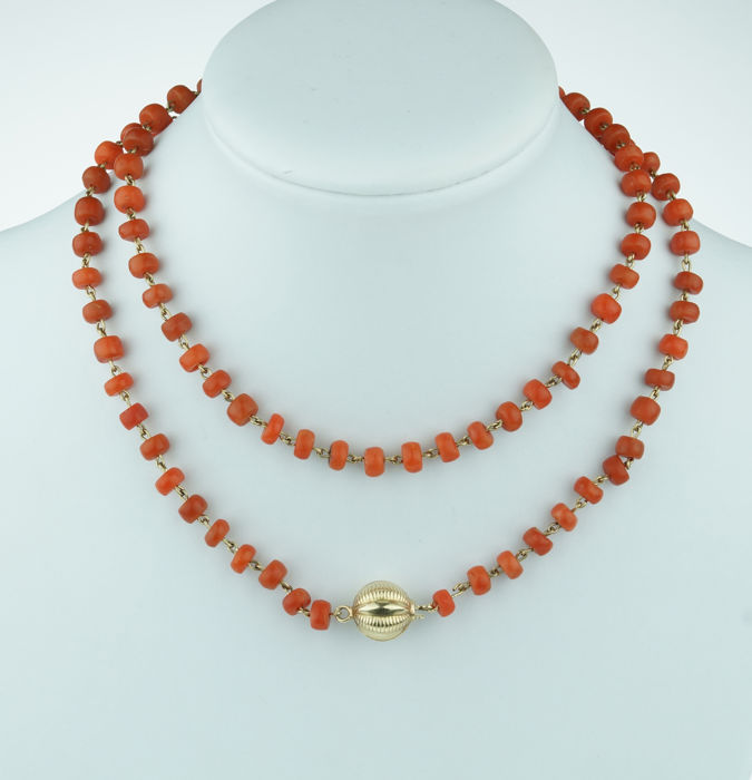 Old Dutch precious coral necklace, strung on a double gold thread with an elegant 14 kt gold clasp.