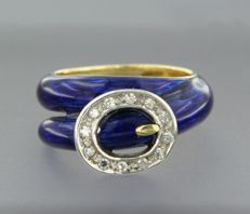 18 kt, bi-colour gold ring in the shape of a belt, decorated with blue enamel and 12 single cut diamonds, approx. 0.10 carat in total.