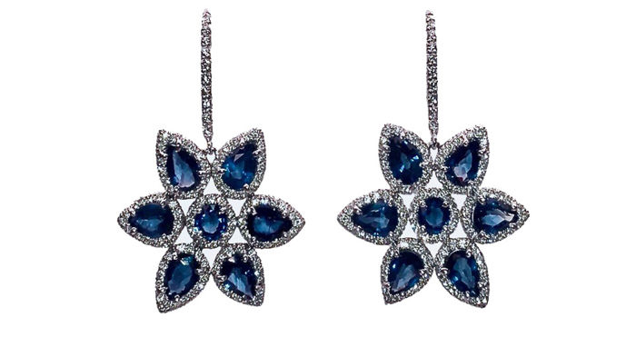 Earrings in 18 kt white gold with sapphires, 6.66 ct and diamonds, 1.14 ct