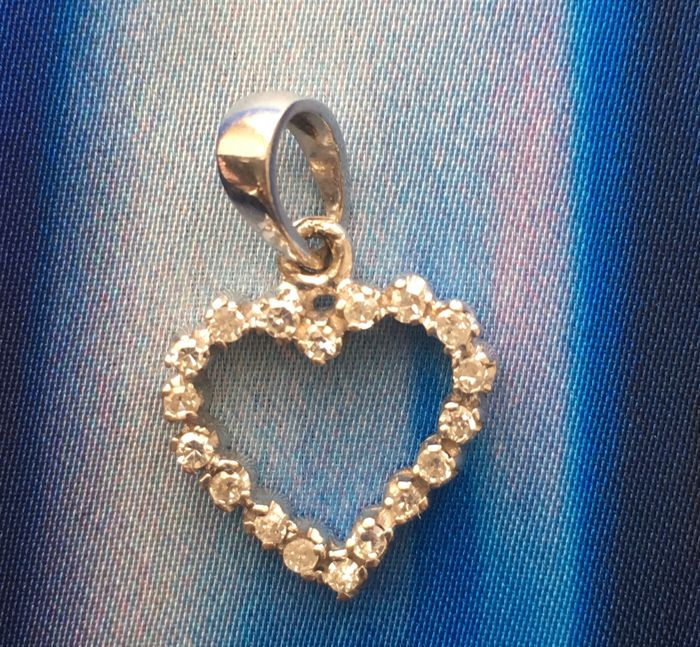 White gold 18 ct / 750 heart ( marked on the look) diamond 0,10 ct in total