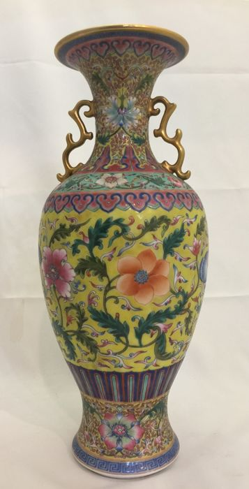 A Chinese vase in porcelain - China - 21st century