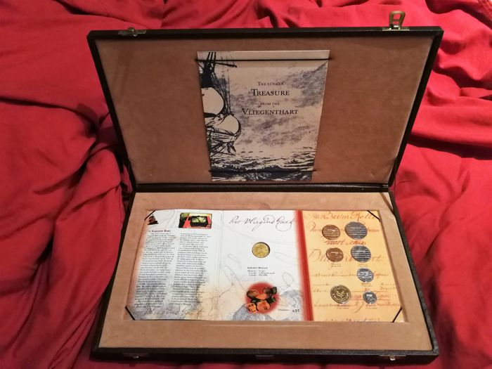 "The Netherlands - ""'t Vliegent Hart"" coin set, 1998, from February 1998, with gold ducat, 1729, from the wreck of the VOC ship, in display case"