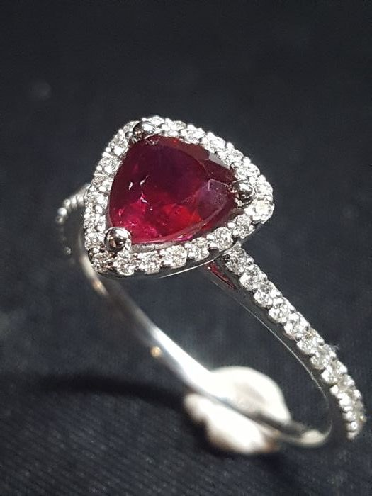 18 kt white gold ring with brilliant cut diamonds, 0.29 ct, surrounding a central triangular ruby, 0.97 ct. Size: 12