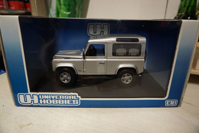 UH Universal Hobbies - Scale 1/18 - Land Rover Defender 90 Station Wagon - Metallic Zambezie Silver
