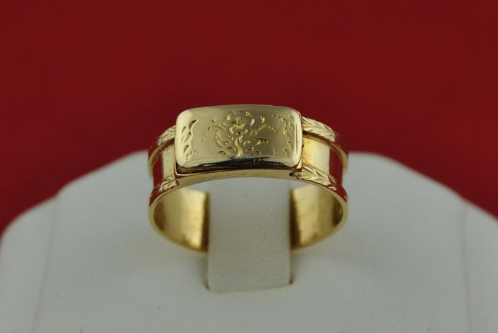 Antique 19th century ring with hidden compartment, made of 18 carat gold, engraved with flower design, ca.  1800's-50's