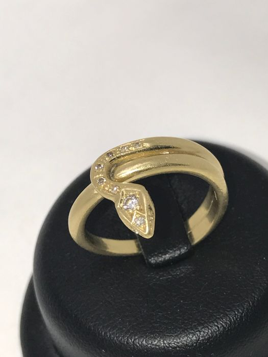 18 kt gold ring with brilliant cut diamonds - snake / bud look - ring size 55.