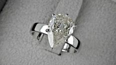 2.80 ct  pear diamond ring made of 14 kt white gold / size 7