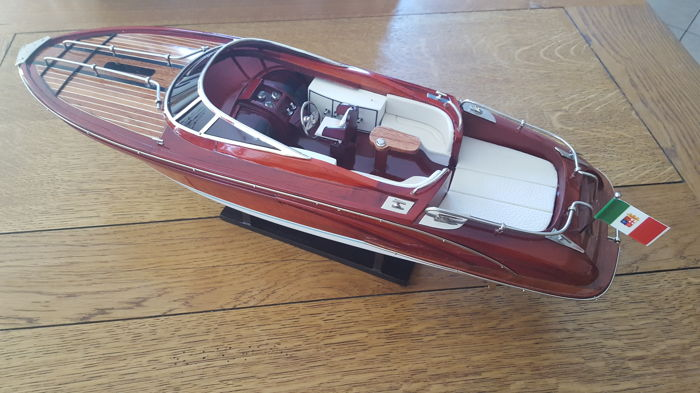 Beautiful model of the Riva boat, model Rivarama 55 cm