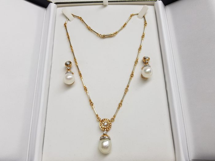 Beautiful set of necklace and earrings with pearls and diamonds.