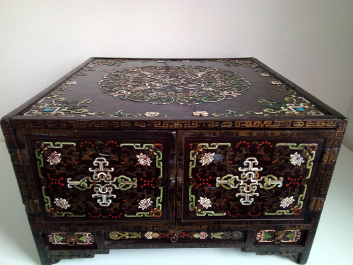 Rare lacquered wooden cabinet with drawers and inlays - China, early 18th century