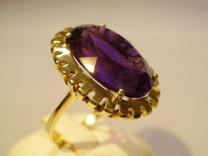 Heavy 14 kt Art Deco ring with large natural oval cut amethyst of 18 ct