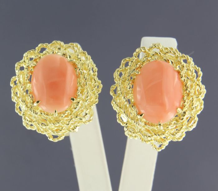 18 kt yellow gold clip-on earrings set with Angel skin-coloured oval cut coral