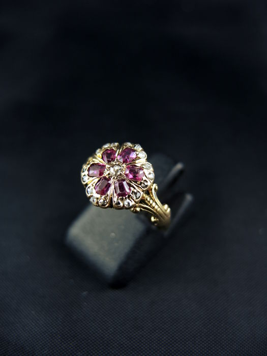 Antique daisy-shaped engagement cocktail ring in gold, with diamonds and rubies, from the 19th century.