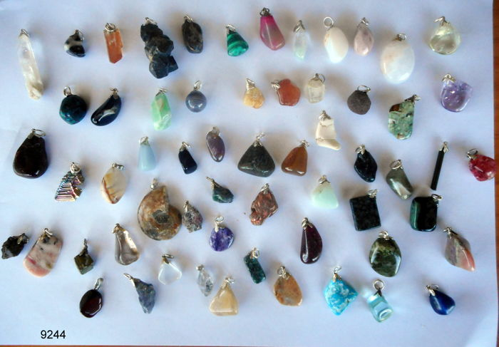 Lot of semi-precious stone and mineral pendants - 12 to 50 mm - 45 items - 220 grams