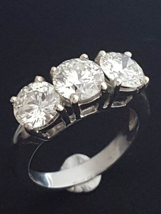 Ring in 18 kt white gold with trilogy of diamonds, approx. 3.35 ct - size 13