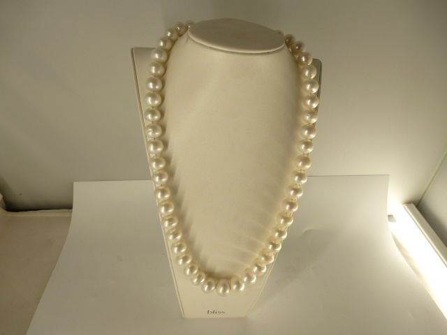 Necklace (56 cm) with large cultured pearls and 18 kt gold clasp.