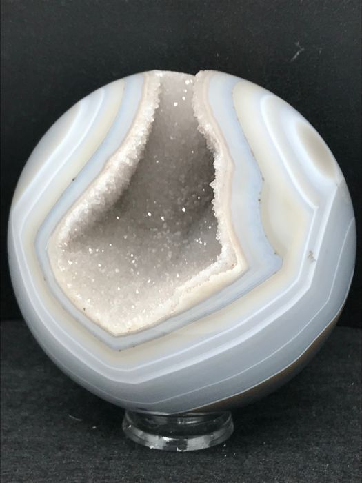Fine Agate Sphere with geode - 10 cms. - 900 grs.