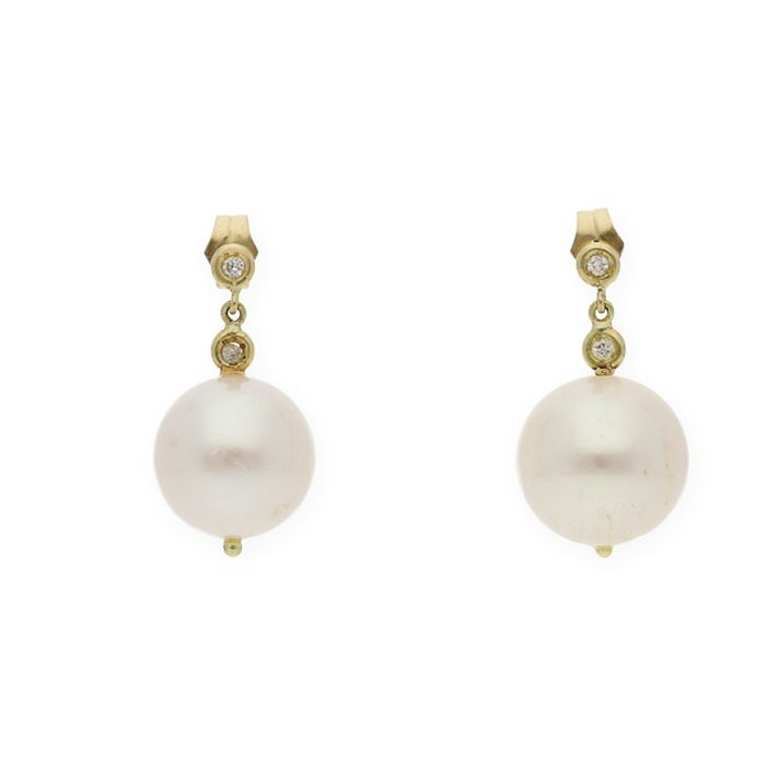 18 kt (750/000) yellow gold - Earrings - Brilliant-cut diamonds weighing 0.12 ct - Freshwater cultured pearls measuring 11.15 mm (approx.).