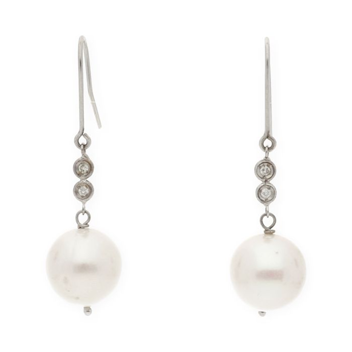 18 kt (750/000) white gold - Earrings - Brilliant-cut diamonds weighing 0.12 ct - Freshwater cultured pearls measuring 10.50 mm (approx.).