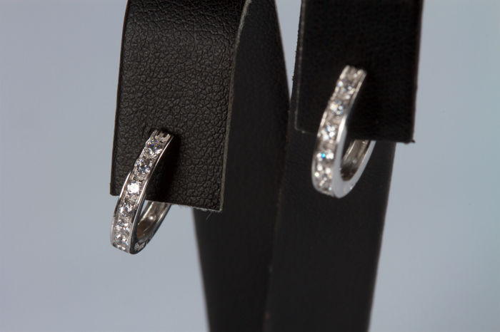 Hoop earrings in 18 kt white gold with diamonds