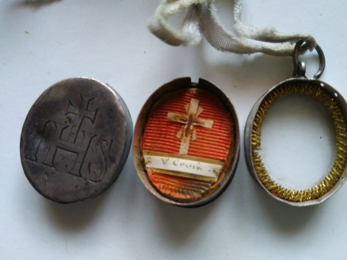 V Croix Relic on parchment and fabric, with sealing wax, enclosed in engraved silver case, 19th century