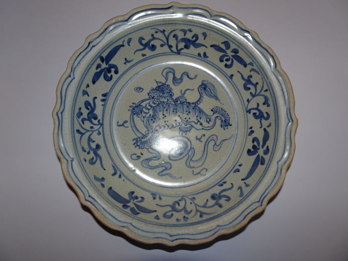 A large Chinese porcelain plate with spectacular mythical lion / FO / and flower decoration - 240 X 58 mm