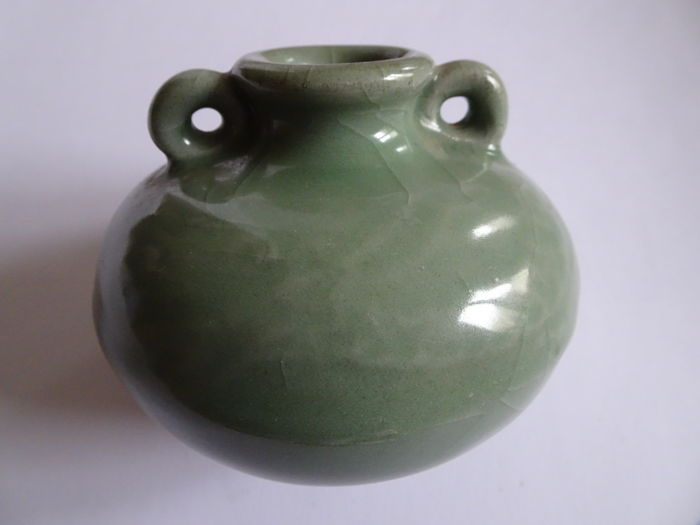 A Chinese celadon vase with 2 anses and moulded dragon decoration - 101 X 81 mm