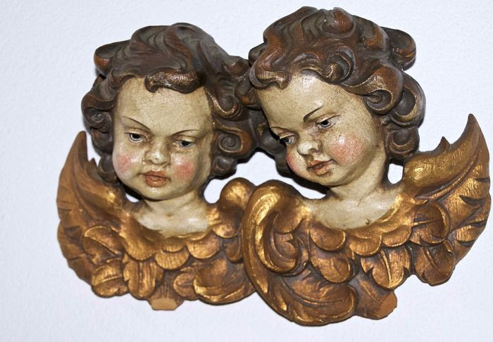 Wood carving: two angels in Baroque style