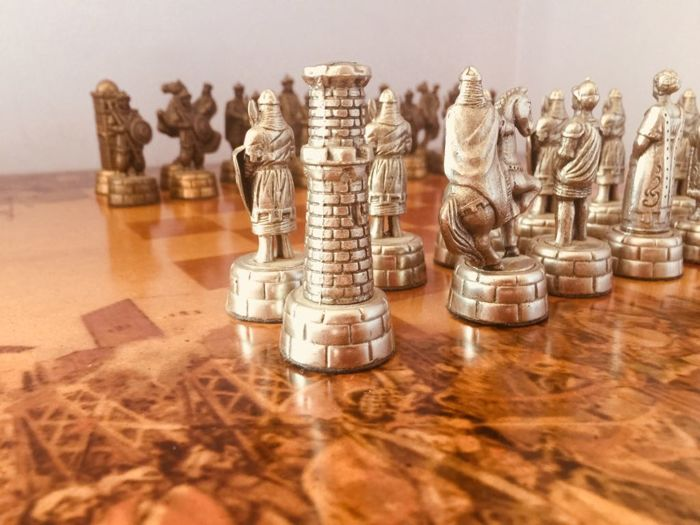 Theme chess table: Arabs against Christians. Reconquest of Granada, 1986