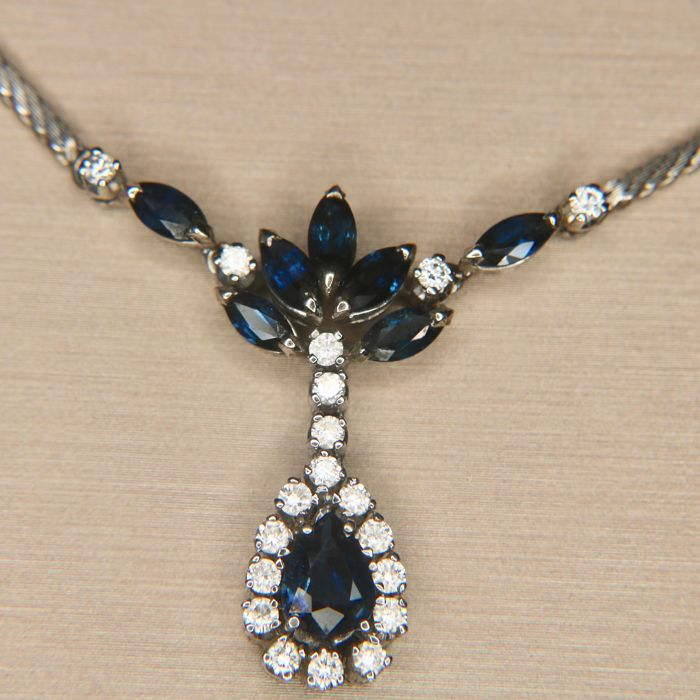 Exclusive white gold necklace with pear shaped Sapphire, surrounded by brilliant cut diamonds G / VS, approximately 4.08Ct. total.