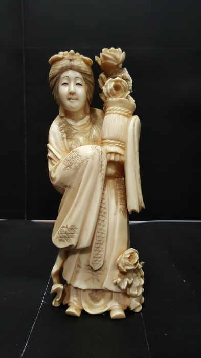 Stunning ivory okimono depicting 'Geisha with a flower basket' (17 cm) - Japan - Late 19th/Early 20th century