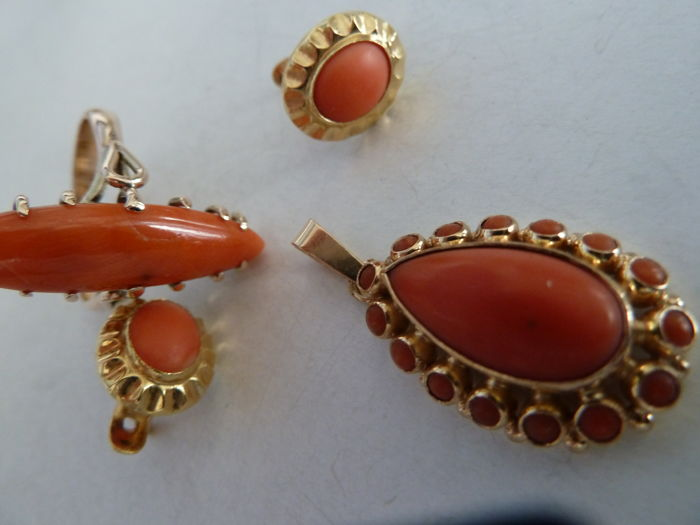 Beautiful set composed of Sciacca coral earrings, pendant and ring
