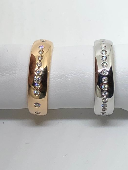 Pair of rings in 18 kt rose and white gold with full circle of diamonds, 10 g, diamonds total weight 0.40 ct, colour G, clarity VS Rings size 12