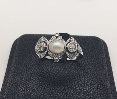 Art Deco ring in platinum and gold with natural diamonds and natural pearl
