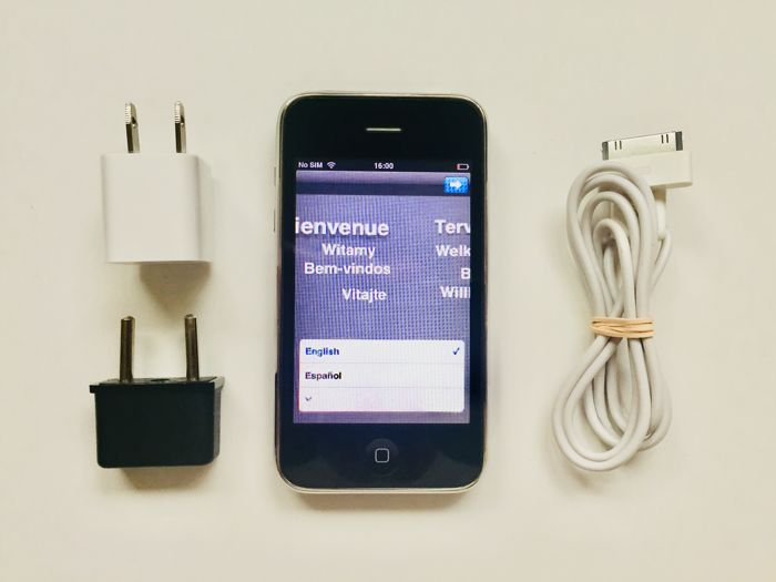 Apple iPhone 3GS ( 16Gb ) ( Black ) ( Unlocked ) - Boxed - USB cable  - Wall charger USA / Europe - in Very Good Condition