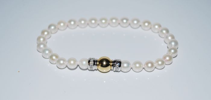 Bracelet of cultured freshwater pearls with 18 kt yellow and white gold clasp with zircons, 19 cm, 5.5 mm pearls